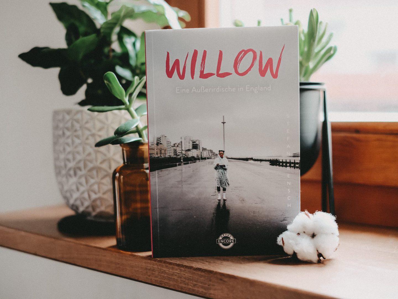 Rezension Stefan Rensch – Willow: Eine Außerirdische in England