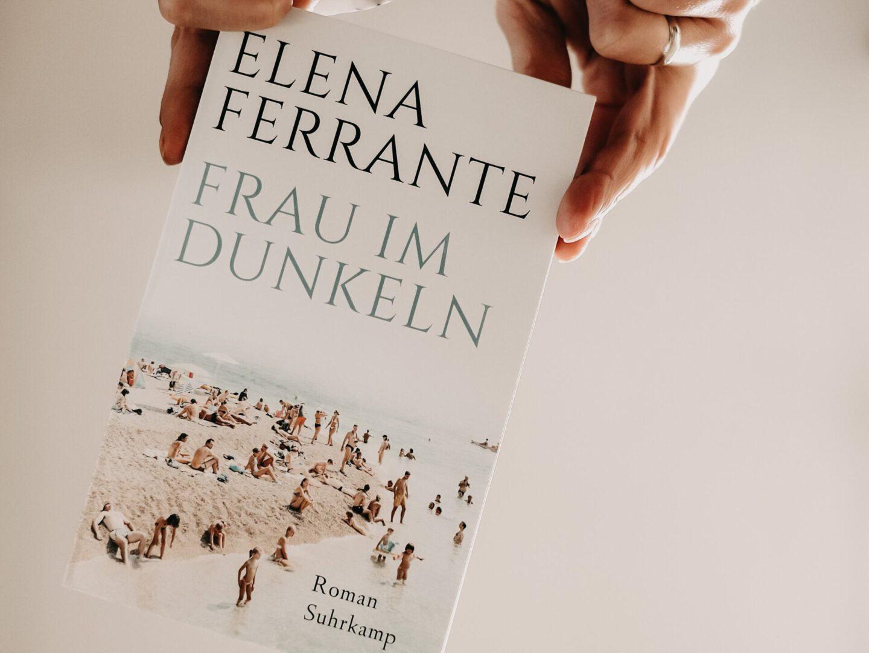 Rezension Elena Ferrante – Frau im Dunkeln